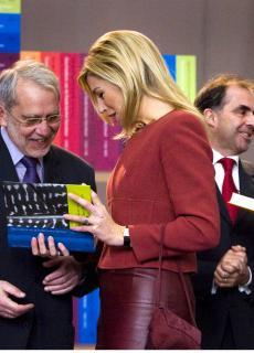 Hugo Brems en Frits van Oostrom overhandigen in 2006 de eerste delen van de literatuurgeschiedenis aan Máxima en Mathilde.