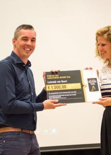 Juryvoorzitter Daniëlle Westerhof kroont Lodewijk van Noort tot Ambassadeur Heldere Taal