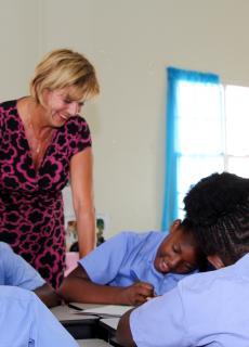 Taalcoach Marjan de Visser begeleidt op Saba en St. Eustatius docenten bij de nieuwe leermethode.
