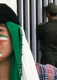 ... een Iraanse vrouw probeert als man verkleed ...