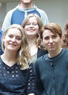 Studenten in Sheffield lichten het onderwerp toe van hun eindpresentatie.