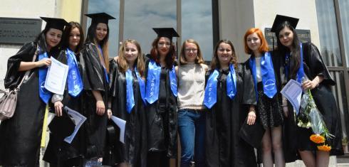 Alexa Stoicescu (witte trui) met haar gediplomeerden van 2015