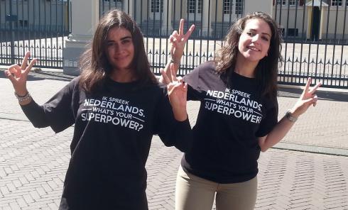 Anna en Hassina spreken Nederlands. Dat dragen zij trots uit bij Paleis Noordeinde in Den Haag.