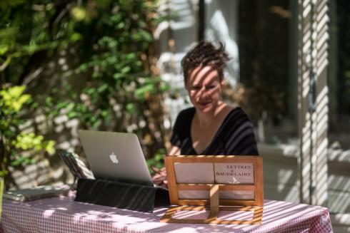 Literair vertaler Kiki Coumans aan het werk