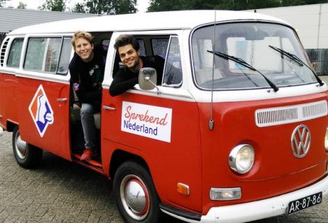Sander Nieuwenhuijsen (achter) en Dirk de Bekker trekken sprekend Nederland door om accenten in kaart te brengen.