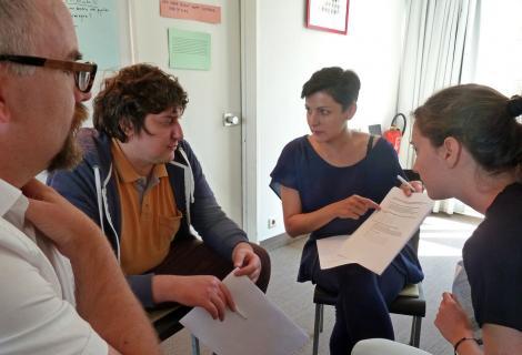 Docenten werken tijdens de zomercursus met elkaar aan opdrachten.